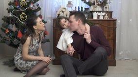 Молодые пары при маленькая девочка целуя и играя с дочерью видеоматериал