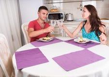 Молодые пары провозглашать на обеденном столе Стоковое Изображение RF