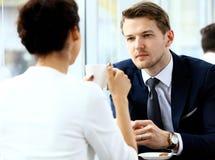 Молодые пары профессионалов беседуя во время перерыва на чашку кофе Стоковая Фотография RF