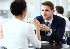 Молодые пары профессионалов беседуя во время coffeebreak стоковое фото rf