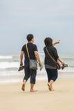 Молодые пары проходя мимо на пляж Китая в Danang Стоковые Фото