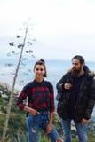 Молодые пары путешественников пошли на пикник в горах Стоковое фото RF
