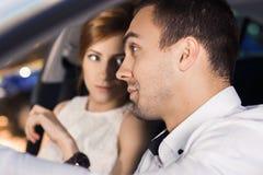 Молодые пары путешествуя автомобилем Стоковые Фотографии RF