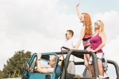 Молодые пары путешествуя автомобилем Стоковая Фотография