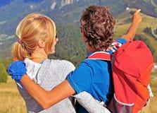 Молодые пары путешествуя в горах Стоковая Фотография RF