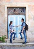Молодые пары путешествуя, исследуя новые места Стоковые Фото
