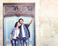 Молодые пары путешествуя и исследуя новые места Путешествовать и c Стоковые Изображения