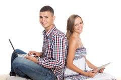 Молодые пары работая с персональными компьютерами стоковое изображение rf