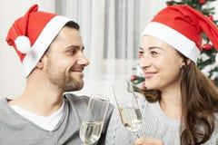 Молодые пары рождества с шампанским Стоковая Фотография RF