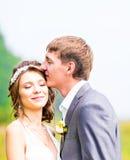 Молодые пары свадьбы наслаждаясь романтичными моментами Стоковая Фотография