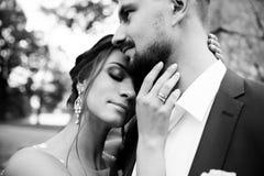 Молодые пары свадьбы наслаждаясь романтичными моментами Стоковое фото RF