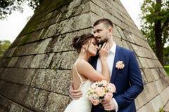 Молодые пары свадьбы наслаждаясь романтичными моментами Стоковая Фотография RF