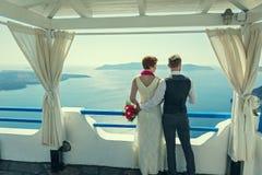 Молодые пары свадьбы на Santorini Стоковое фото RF