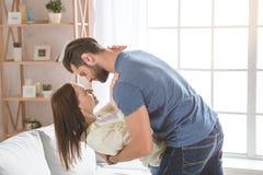 Молодые пары семьи совместно дома вскользь Стоковые Фотографии RF