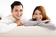 молодые пары сидя в софе стоковые изображения rf