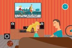 Молодые пары сидя на кресле и наблюдая показателе Стоковое Изображение RF