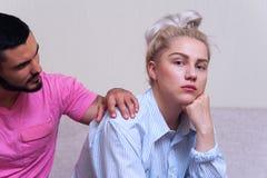 Молодые пары сидя на кресле после ссоры Стоковая Фотография