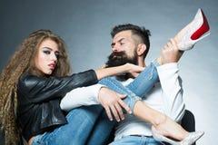 Молодые пары сидя на стульях Стоковые Фото