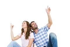 Молодые пары смотря вверх и усмехаясь Стоковое фото RF