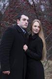 Молодые пары смотря к где-то в падая парке Стоковые Изображения