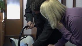 Молодые пары смотря новорожденный ребенка сток-видео