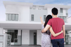 Молодые пары смотря новый дом Стоковая Фотография RF