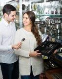 Молодые пары смотря столовый прибор Стоковые Фото
