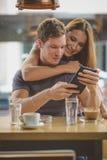 Молодые пары смотря таблетку Стоковая Фотография