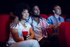 Молодые пары смотря фильм Стоковое Изображение