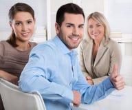Молодые пары: советник и клиент говоря совместно о financ стоковая фотография rf
