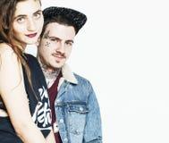 Молодые пары совместно делая влюбленность, обнимая парень с татуировкой, gir Стоковые Фото
