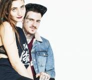 Молодые пары совместно делая влюбленность, обнимая парень с татуировкой, gir Стоковые Фотографии RF