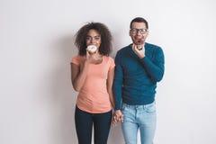 Молодые пары совместно на белизне внутри помещения Стоковое Фото