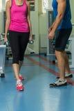 Молодые пары спорта в спортзале Стоковое Изображение RF