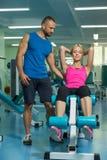 Молодые пары спорта в спортзале Стоковая Фотография RF