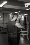 Молодые пары спорта в спортзале Стоковое Фото