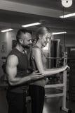 Молодые пары спорта в спортзале Стоковые Фото