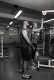 Молодые пары спорта в спортзале Стоковое фото RF