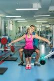 Молодые пары спорта в спортзале Стоковые Изображения