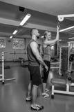 Молодые пары спорта в спортзале Стоковая Фотография