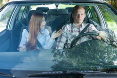 Молодые пары споря в автомобиле Стоковое Изображение