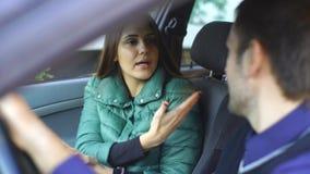 Молодые пары споря в автомобиле сток-видео