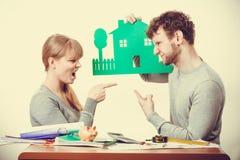 Молодые пары споря о будущем Стоковые Изображения