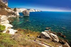 Молодые пары сплавляться около Bonifacio на красивой белой скале утеса с заливом моря, Корсикой, Францией, Европой Стоковое Изображение