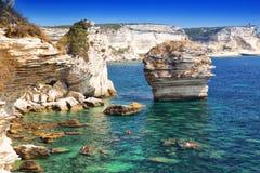 Молодые пары сплавляться около Bonifacio на красивой белой скале утеса с заливом моря, Корсикой, Францией, Европой Стоковая Фотография RF