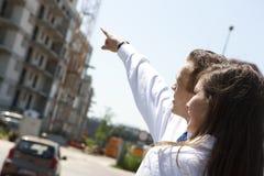 Молодые пары строгая дом мечты стоковое изображение rf