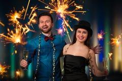 Молодые пары с каннелюрами шампанского стоковые изображения