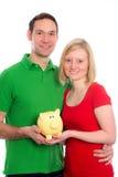 Молодые пары с копилкой Стоковое Изображение