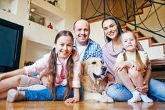 Молодые пары с дочерьми и собакой Стоковая Фотография
