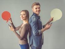 Молодые пары с пузырем речи Стоковая Фотография RF